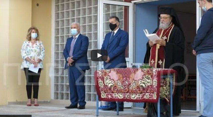 """Η στιγμή που ο Αρχιμανδρίτης """"επιτίθεται"""" στην Λυκειάρχη στο ΓΕΛ Αμυνταίου επειδή του απαγόρευσε να μπει στις τάξεις χωρίς μάσκα (vid)"""