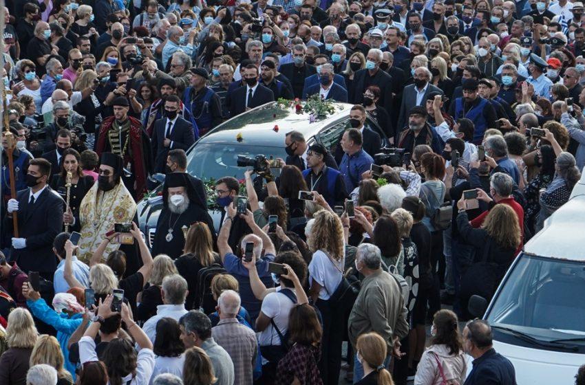 LIVE  Το τελευταίο αντίο στον Μίκη – Σε λαϊκό προσκύνημα η σορός του – Σε λίγη ώρα η ταφή του