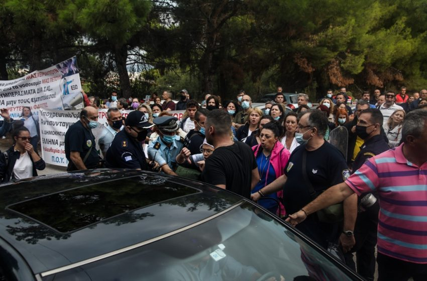 Θεσσαλονίκη: Αποδοκιμασίες κατά Πλεύρη από υγειονομικούς