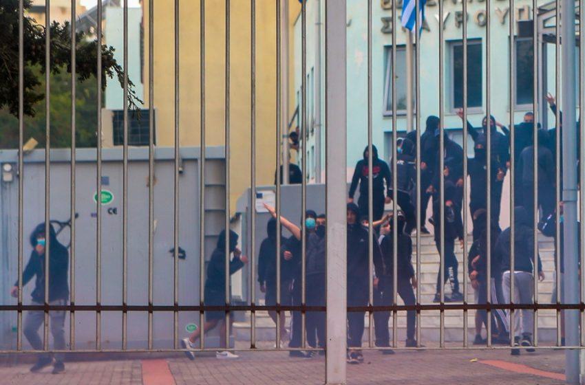 Σταυρούπολη: Αεροβόλα, καραμπίνα και μαχαίρια βρέθηκαν στα σπίτια των συλληφθέντων