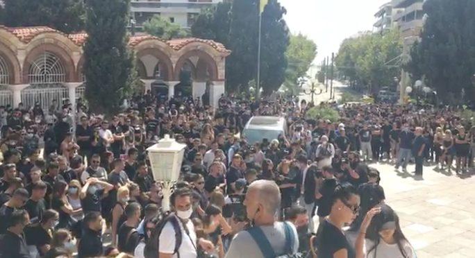Πλήθος κόσμου στην Παναγίτσα Παλαιού Φαλήρου για την κηδεία του Mad Clip (vid)