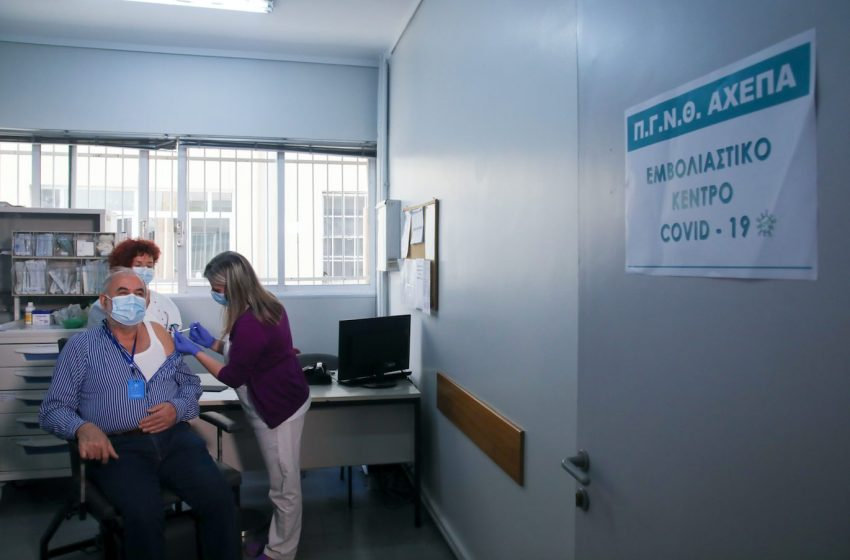 """Απάντηση ΑΧΕΠΑ: """"Μόνο τρεις οι εμβολιασμένοι υγειονομικοί με Covid"""" – Τι λέει ο πρ. των εργαζομένων"""