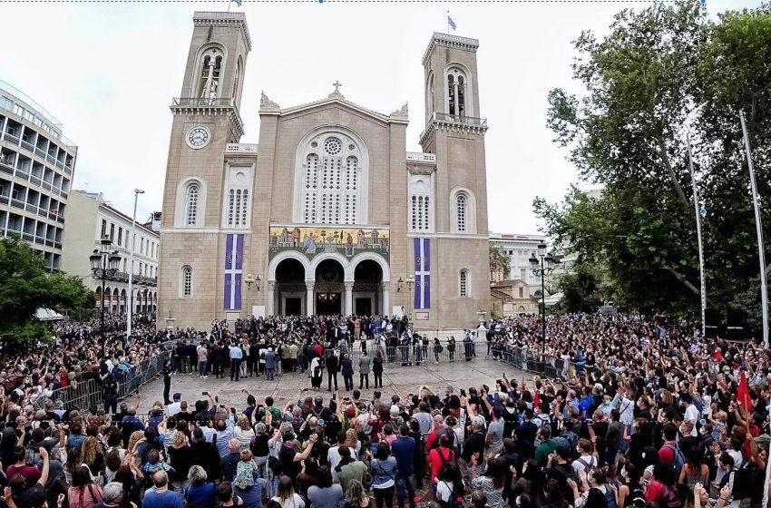 """""""Αθάνατος"""" φώναζε το πλήθος αποχαιρετώντας τον Μίκη Θεοδωράκη έξω από τη Μητρόπολη"""