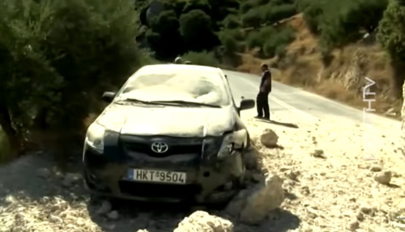"""Σεισμός στην Κρήτη: """"Νόμιζα ότι με έπιασε λάστιχο"""" λέει ο οδηγός του αυτοκινήτου που το καταπλάκωσε βράχος (vid)"""