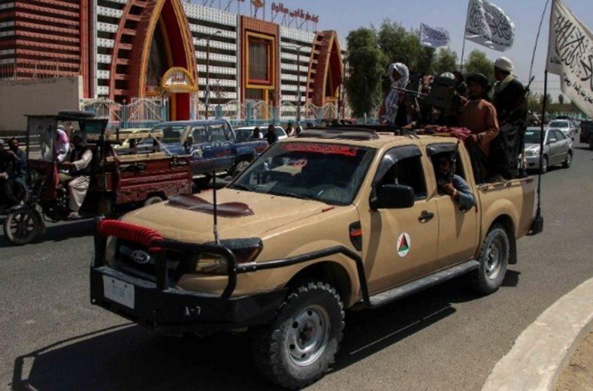 Παρέλαση των Ταλιμπάν στην Κανταχάρ  με αμερικανικά στρατιωτικά οχήματα