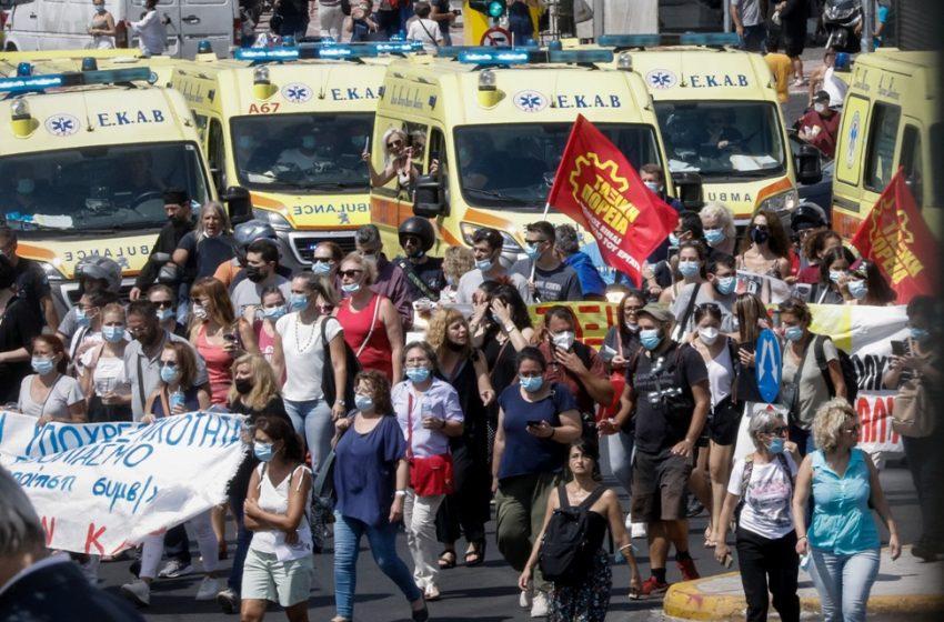 """Θεοδωράκης: """"Ένα το χελιδόνι"""" τραγούδησαν οι υγειονομικοί έξω από το υπουργείο Υγείας (vid)"""