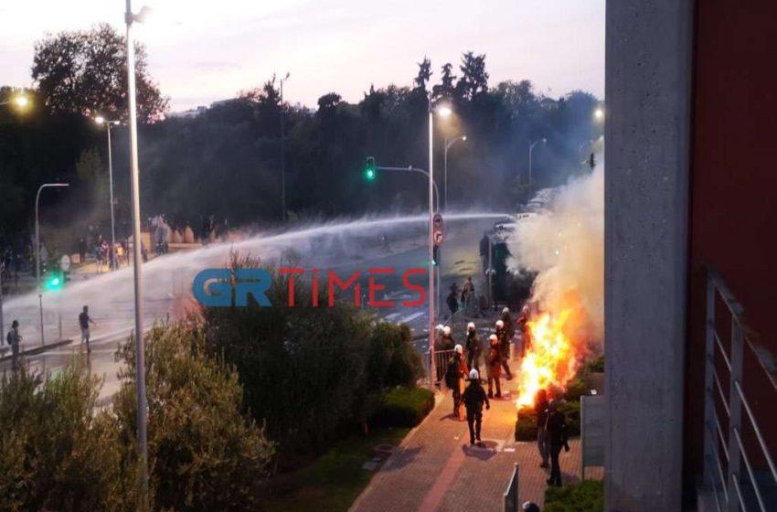ΔΕΘ – Επεισόδια στην πορεία των αντιεμβολιαστών – Χημικά και συλλήψεις στο κέντρο της Θεσσαλονίκης