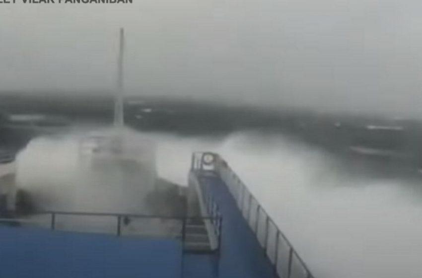 Πλοίο δίνει μάχη με τα μανιασμένα κύματα εν μέσω κυκλώνα (vid)
