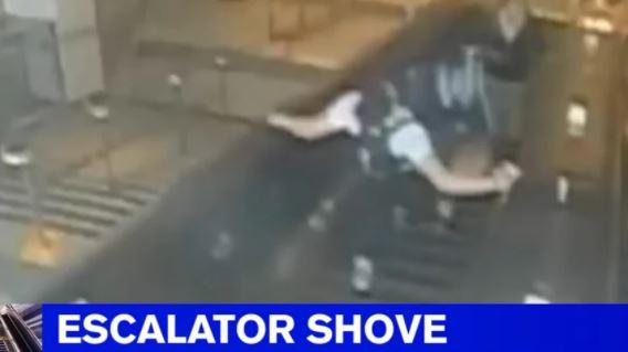 Εξοργιστικό: Αντρας κλωτσά γυναίκα και τη ρίχνει από τις κυλιόμενες σκάλες (vid)