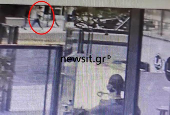 Νέο βίντεο από την επίθεση στην Αλεξάνδρας: Η στιγμή που οπλίζει ο δράστης