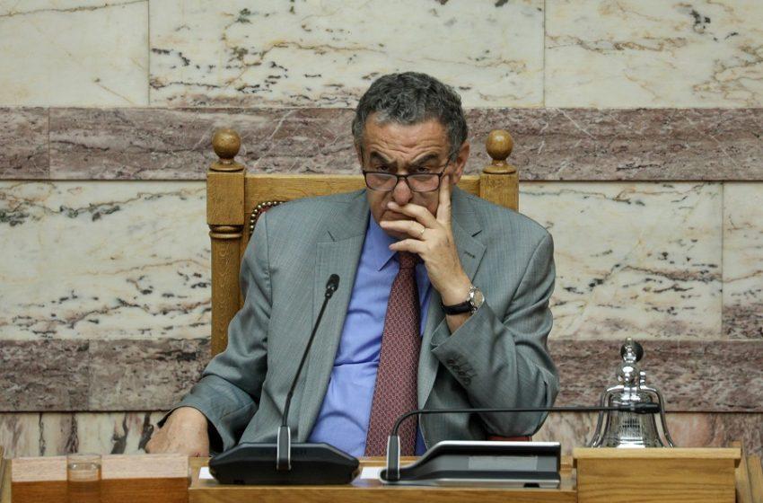 Γκάφα Αθανασίου στη Βουλή: Ακούστηκε να μιλάει για τσίπουρα σε ανοιχτά μικρόφωνα