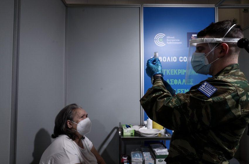Μαγιορκίνης: Εξετάζεται τρίτη δόση στον γενικό πληθυσμό σε έξαρση της πανδημίας