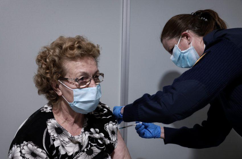 Σύσταση για τρίτη δόση στους άνω των 60 ετών, σε υγειονομικούς και σε ηλικιωμένους σε μονάδες φροντίδας