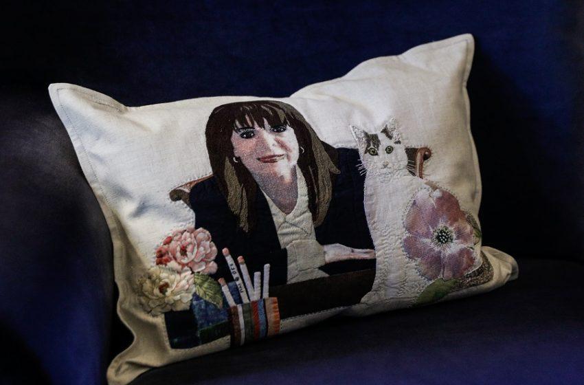 Η Κατερίνα Σακελλαροπούλου και η γάτα της σε… κεντητό μαξιλαράκι