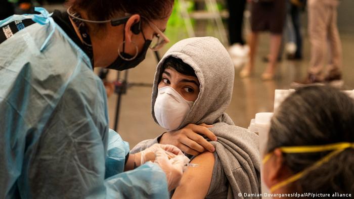 DW: Ναι ή όχι για το εμβόλιο σε εφήβους; Τι δείχνουν νέες έρευνες, τι συστήνουν οι ειδικοί