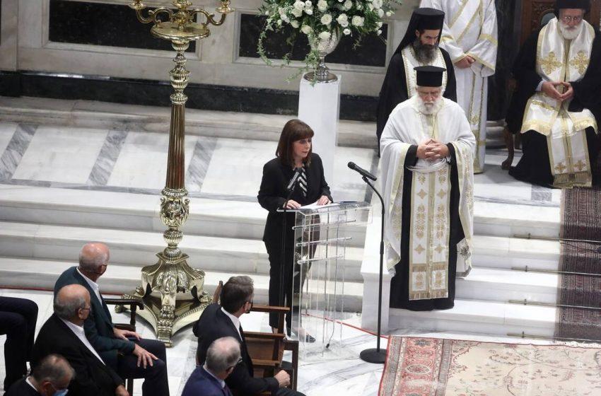 Λύγισε η Κατερίνα Σακελλαροπούλου στον αποχαιρετισμό της στον Μίκη Θεοδωράκη