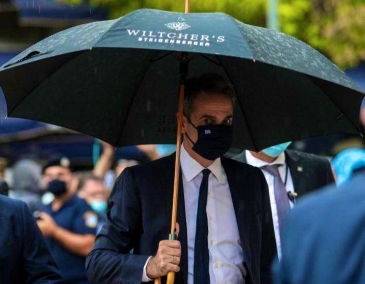 Έγινε viral η ομπρέλα που κράταγε ο πρωθυπουργός στη Μητρόπολη