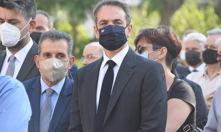 Συντετριμμένος ο πρωθυπουργός στην κηδεία του τραπεζίτη Γιώργου Αρώνη