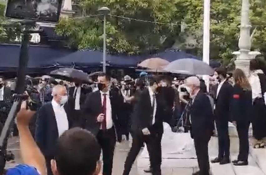Αποδοκιμασίες κατά την έλευση του πρωθυπουργού από μικρή μερίδα κόσμου έξω από τη Μητρόπολη (vid)