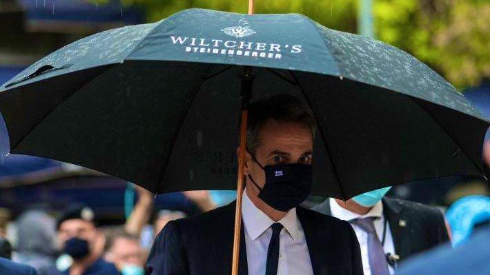 Επικό τρολάρισμα του ομίλου στην ομπρέλα που κρατούσε ο πρωθυπουργός στη κηδεία του Θεοδωράκη
