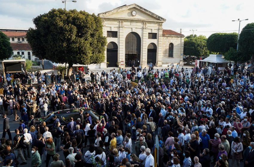 """Μίκης Θεοδωράκης: Οι 96 βρακοφόροι τον συνόδευσαν στο τελευταίο """"αντίο"""""""
