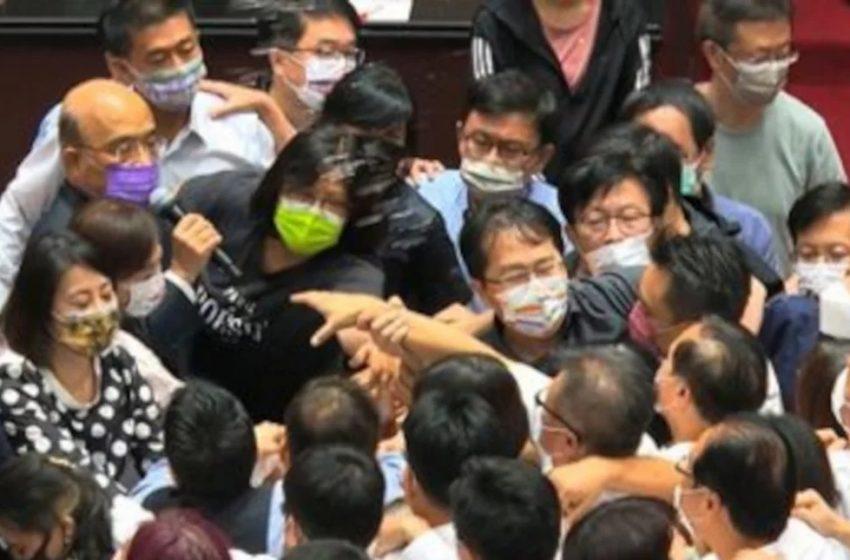 Ταϊβάν: Ξύλο στη Βουλή για τον κοροναϊό (vid)
