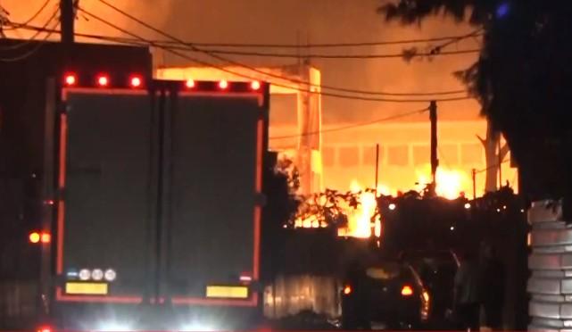 Φωτιά στον Ασπρόπυργο: Αποπνικτική η ατμόσφαιρα, μάχη για να μην εξαπλωθεί η πυρκαγιά (vid)