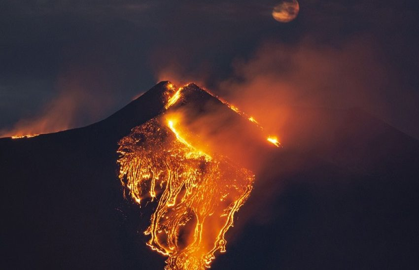 """Ιταλία: Η Αίτνα """"ξυπνά"""" και πάλι -Καπνός και λάβα βγαίνουν από τον κρατήρα"""