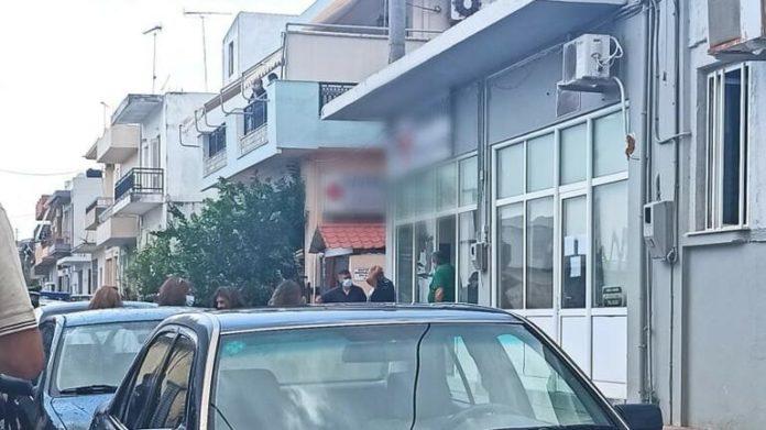 Κρήτη: Χαμός με ανεμβολίαστη φυσιοθεραπεύτρια – Κλειδώθηκε στο ΚΑΠΗ με τον σύζυγό της