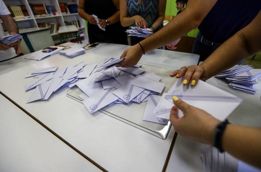 """Ο ΣΥΡΙΖΑ επιμένει στα """"ψιλά γράμματα"""" των δημοσκοπήσεων- Γιατί η MRB προκαλεί χαμόγελο στην Κουμουνδούρου"""