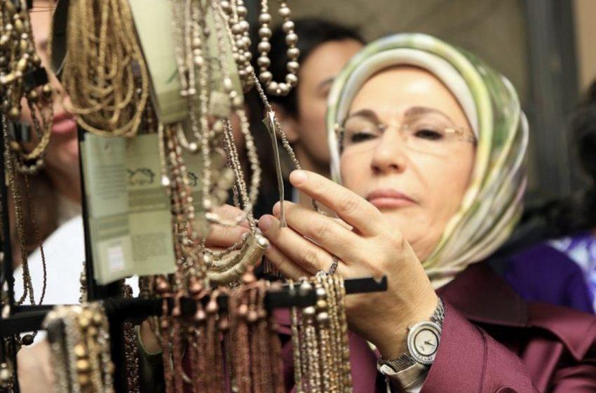 Εμινέ Ερντογάν: Παρουσίασε βιβλίο για την φτώχεια στην Αφρική και φορούσε ρολόι 30.000 ευρώ