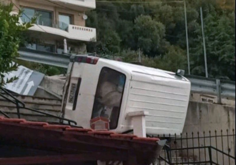 """Καβάλα: Φορτηγάκι """"προσγειώθηκε"""" σε στέγη σπιτιού"""