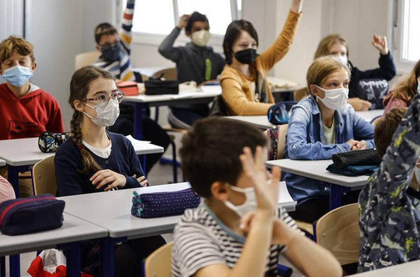 Γαλλία: Με μάσκες και αντισηπτικά επέστρεψαν σήμερα οι μαθητές στα σχολεία