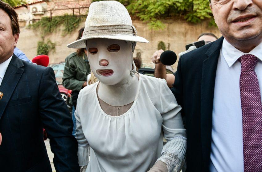 Επίθεση με βιτριόλι: Με ειδική μάσκα στο δικαστήριο η Ιωάννα