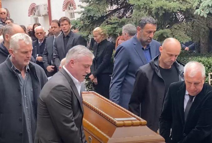Σπαρακτικές στιγμές στην κηδεία του Ίβκοβιτς: Κουβάλησε το φέρετρο ο Ομπράντοβιτς – Παρόντες Αγγελόπουλοι, Σπανούλης (vids)