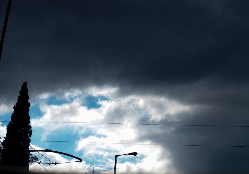 """Νέα πτώση θερμοκρασίας με ισχυρούς βοριάδες –  """"Aτμοσφαιρικό βουνό"""" κόβει στη μέση την Ελλάδα (vid)"""
