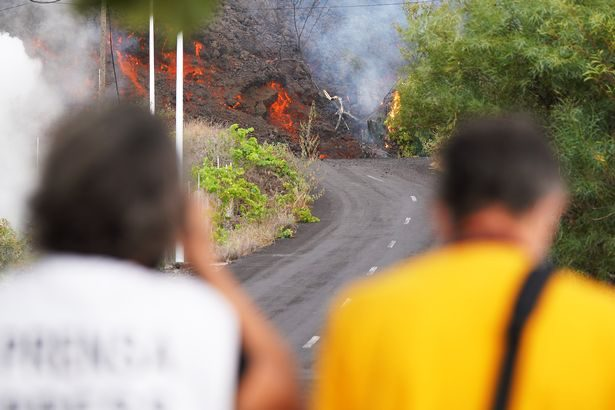 Ποτάμια λάβας εξακολουθούν να ρέουν από το ηφαίστειο στη Λα Πάλμα