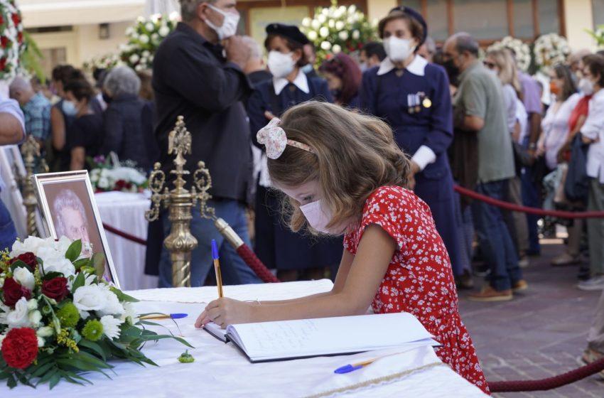Το κοριτσάκι και το συγκινητικό μήνυμα για τον Μίκη Θεοδωράκη (εικόνες)