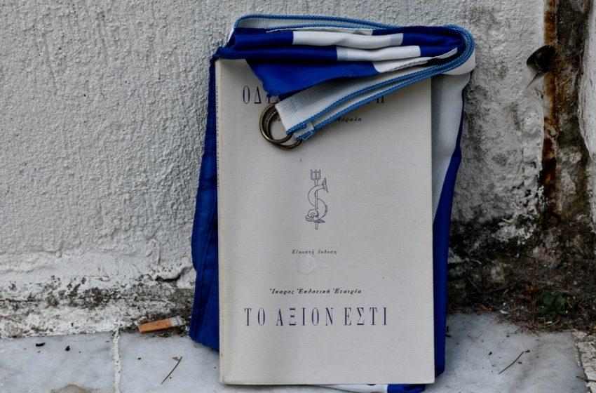 Η Ελλάδα αποχαιρετά τον Μίκη – Λουλούδια στο σπίτι του, κόσμος στο κελί του στον Ωρωπό (εικόνες)