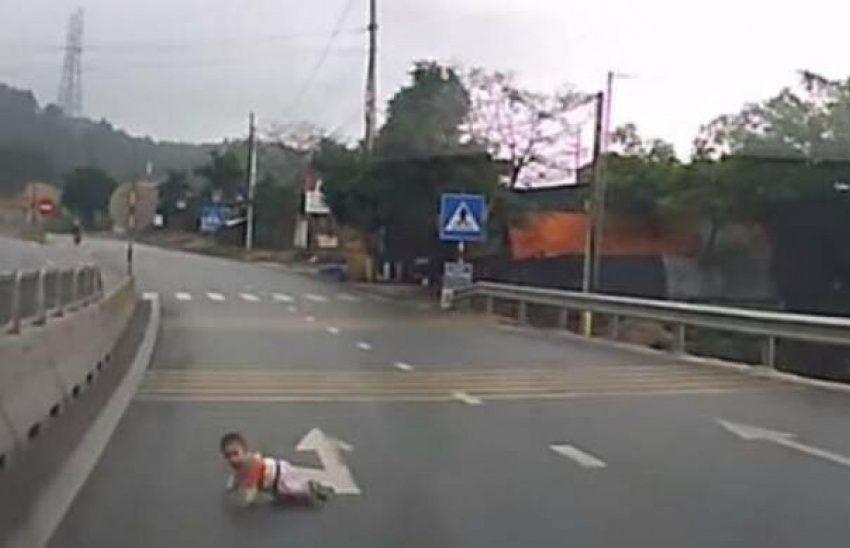 Στη μητέρα του επιστρέφει το βρέφος που βρέθηκε να μπουσουλάει στο δρόμο