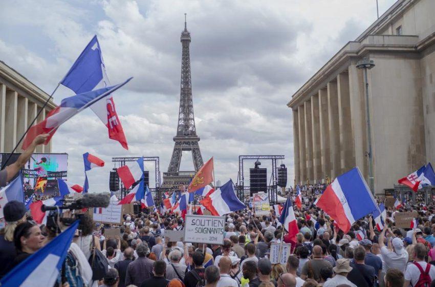 Μεγάλες διαδηλώσεις σε όλη τη Γαλλία κατά της κάρτας υγείας