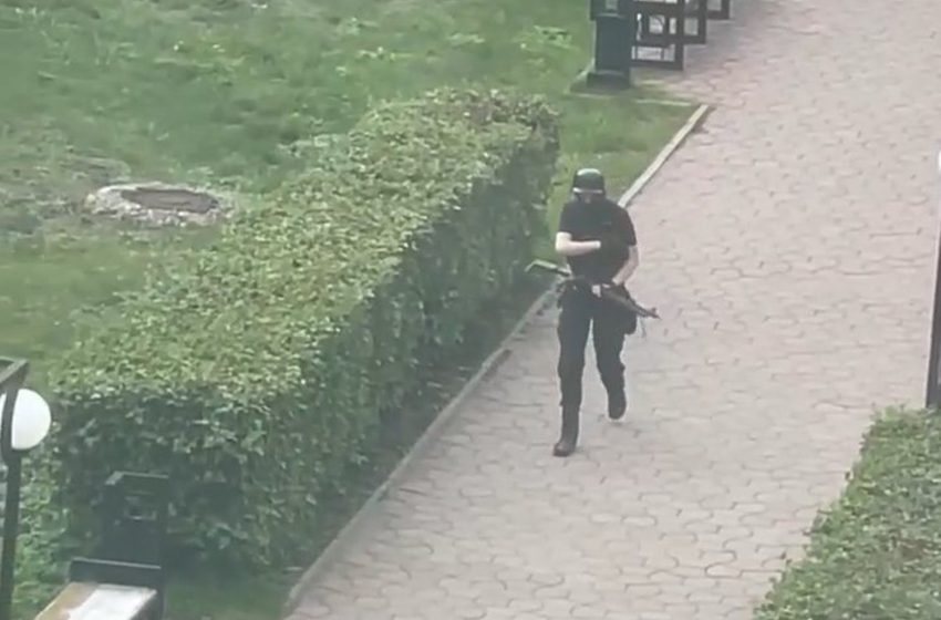Ρωσία: Βίντεο με τον μακελάρη να οπλίζει έξω από το Πανεπιστήμιο (vid)