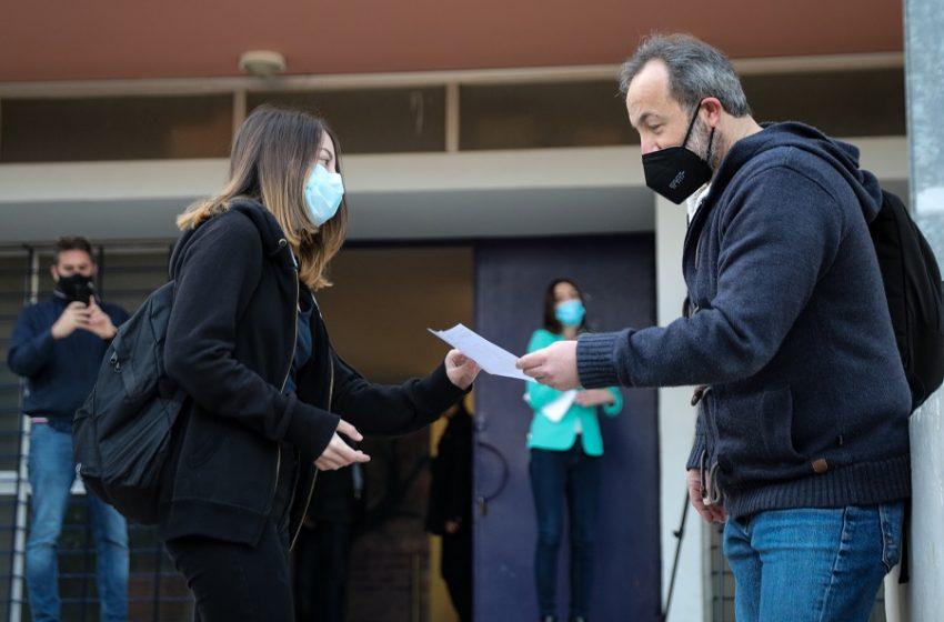 """Έναρξη σχολείων: """"Παράθυρο"""" για τηλεμάθημα, πώς θα προσέρχονται ανεμβολίαστοι μαθητές και εκπαιδευτικοί – Αντιδράσεις για τα ημίμετρα"""