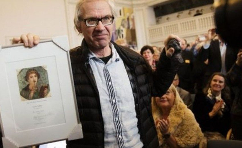 Nεκρός σε τροχαίο o σκιτσογράφος που απεικόνιζε τον Μωάμεθ με σώμα σκύλου – Μαζί και η φρουρά του