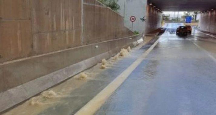 Γιατί οι δρόμοι γέμισαν αφρούς μετά τη βροχόπτωση – Η απάντηση στο μυστήριο