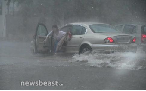 Ποτάμι η Πειραιώς: Οδηγός εγκατέλειψε το αυτοκίνητο (vid)