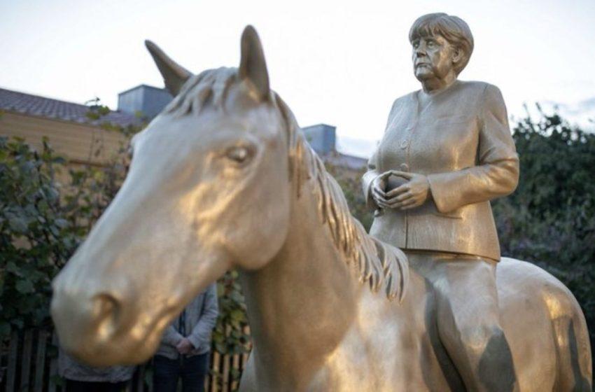 Γερμανία: Το χρυσό άγαλμα της Μέρκελ πάνω σε άλογο