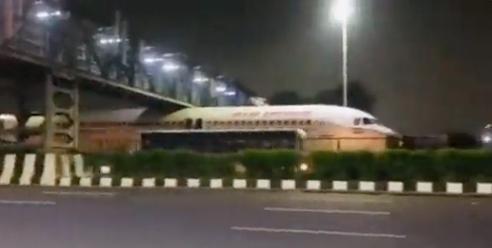 Viral βίντεο: Αεροπλάνο κόλλησε κάτω από γέφυρα