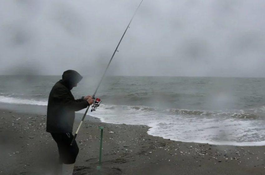 Ποια κακοκαιρία; Πήγε για ψάρεμα (vid)
