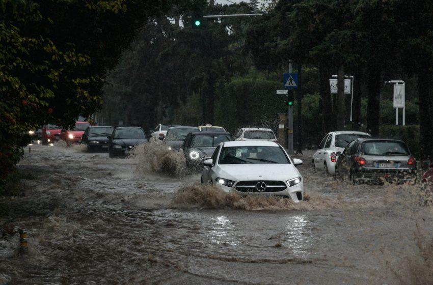 """Σαρώνει τη χώρα ο """"Μπάλλος"""" – Ποτάμια κεντρικοί δρόμοι της Αθήνας – Χιόνια στη Μακεδονία"""